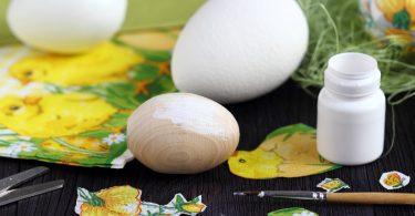 Διακοσμητικά αυγά από ξύλο ή φελιζόλ, γίνονται ιδανικές βάσεις για διακόμηση πασχαλινή.