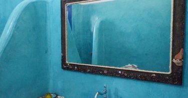 Καθρέφτης με βότσαλα και μαύρη άμμο από τη Σαντορίνη.