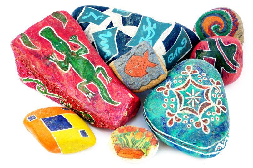 Ζωγραφίστε σχέδια και σχήματα σε βότσαλα και πέτρες.